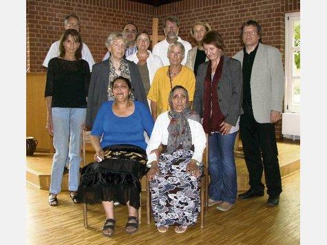 Dulja Saiti (sitzend rechts) und Selvije Ernst (daneben) haben in der