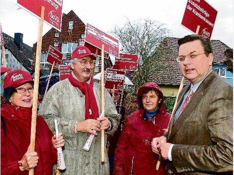Die Demonstranten des SoVD protestierten vor dem Büro von Reinhard Grindel (r.).