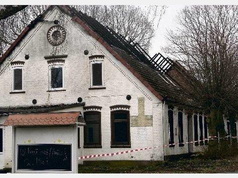 """""""Neueröffnung 2. Mai"""": Was mit dem völlig zerstörten Gebäude an der B 75 in Hassendorf nun geschieht, ist offen."""