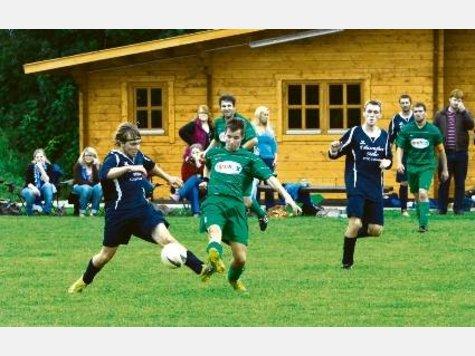 Zu schnell für Kleinenkneten: André Sommerfeld (li.) und der SC Colnrade fertigten den Kreisligisten mit 6:2 ab. ·