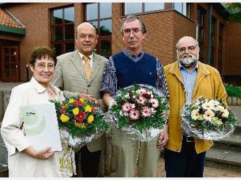 Im Mai 2008 bekamen der ehrenamtliche Behindertenbeauftragte Peter Müller (2.v.re.) und seine Stellvertreter Renate Raub und Gunther Hein (re.) von Bürgermeister Manfred Cordes ihre Ernennungsurkunden überreicht. Jetzt ging die erste Amtszeit der Behindertenvertretung zu Ende.