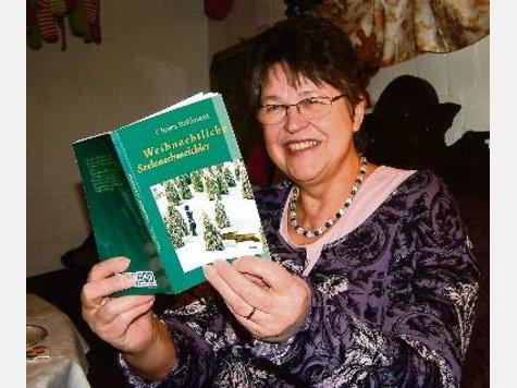 """Strahlend stellte die Bassumer Autorin Christa Bohlmann gestern ihr neues Buch """"Weihnachtliche Seelenschmeichler"""" vor. ·"""