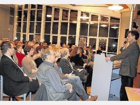 Gut besucht: Viele Interessierte verfolgten in der Aula der Hauptschule Rahden, was der Fachmann Raimund Patt zum Thema Inklusion zu sagen hat. ·