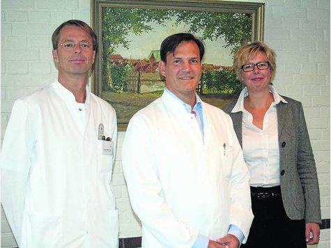 AWK-Geschäftsführerin Marianne Baehr freut sich darüber, dass mit Neuzugang Dr. Fabio Crescenti (Mitte) und Dr. Werner Müller-Bruns (l.) die Chirurgische Klinik nun komplett ist. ·