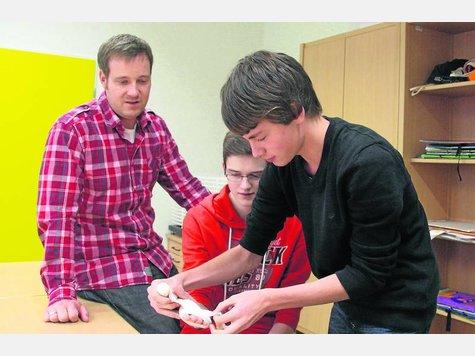 Lehrer Christian von Weyhe schaut Jonas Groß und Heiner Hehmsoth (v.l.) buchstäblich auf die Finger. ·