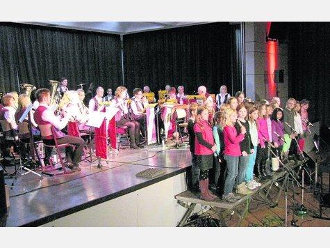Der Chor der Grundschule Sagehorn setzte einen besonderen Akzent beim Herbstkonzert der Blaskapelle Oyten. ·