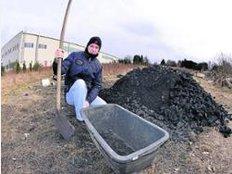 Victor Nowotny schaufelt Kohle fürs Feuer.
