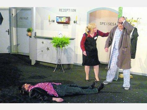 Leon (Lars Lorenzen, rechts) hat zugeschlagen: Sein vermeintlicher Freund (Guido Kedenburg) liegt am Boden, Zimmermädchen Valerie (Andrea Ellmers) ist entsetzt.