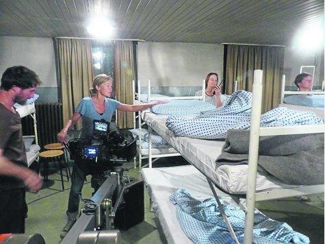 Kamerafrau Judith Kaufmann und weitere Mitglieder der Filmcrew zwischen den Aufnahmen im Schlafsaal.