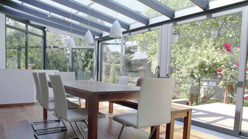 wintergarten sonniger lieblingsplatz zum entspannen wohnen. Black Bedroom Furniture Sets. Home Design Ideas