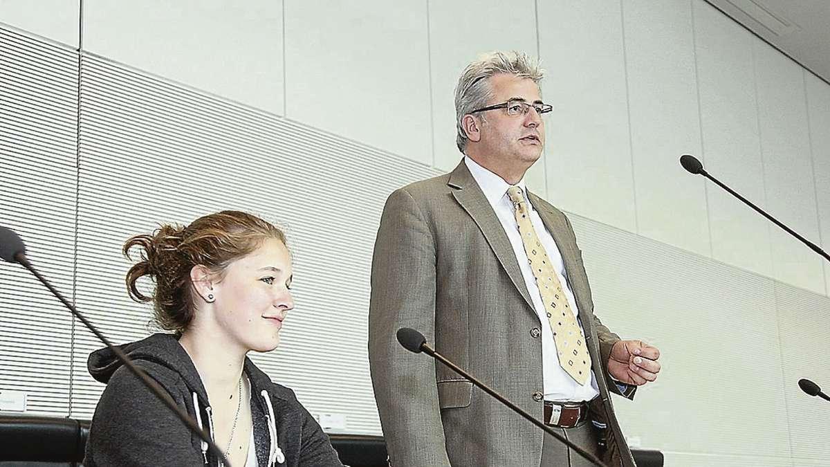 Die 15-Jährige Svenja Ewert sitzt auf dem Stuhl von Angela Merkel. Dabei verfolgt die Schülerin im Bundestag die Diskussion zwischen dem Bundestagesabgeordneten Axel Knoerig (r.) und den Besuchern, die auf den Bänken der CDU-/CSU-Fraktion Platz genommen haben.