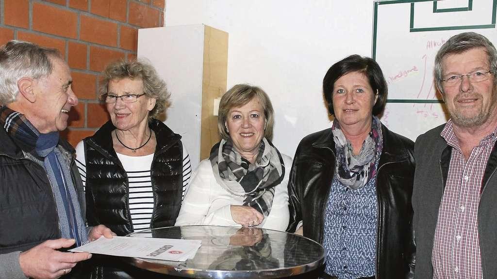 Vorsitzender Heinrich Schöning (r.) und sein Stellvertreter Ludwig Häfker (l.) zeichnen (v.l.) Heide Schulten, Margit Stecher und Bettina Grünhagen für ihre langjährige Mitgliedschaft im SV Dreye aus.