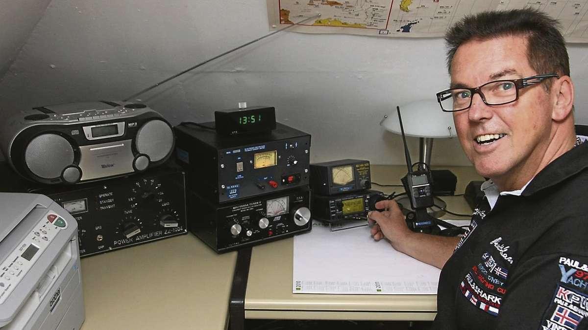Weltweite Kontakte über Kurzwelle: Der Diepholzer Amateurfunker Jürgen Tetzel an seiner Anlage im Hobbyraum.