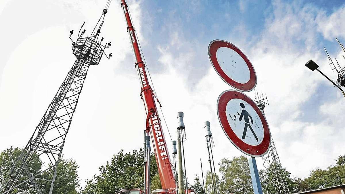 Drei der vier Sende- und Funkmasten im Brinkumer Gewerbegebiet werden demontiert. Rund vier Jahrzehnte lang dienten sie der Deutschen Flugsicherung (DFS) am Standort Bremen für den Sprechfunkverkehr mit den Piloten.