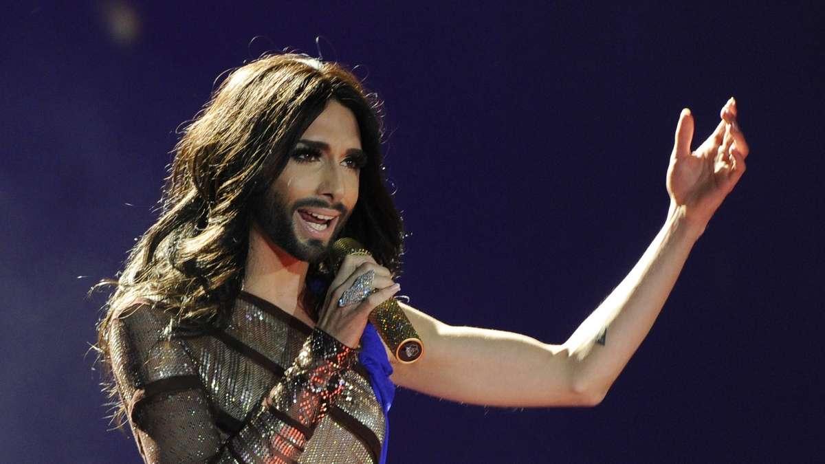 Conchita wurst gibt show im crazy horse boulevard