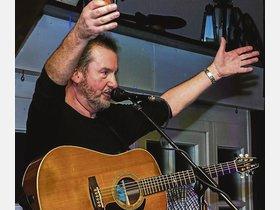 Larry Matthews mischt mit eigenen Songs und Traditionals die Scheune auf - kreiszeitung.de