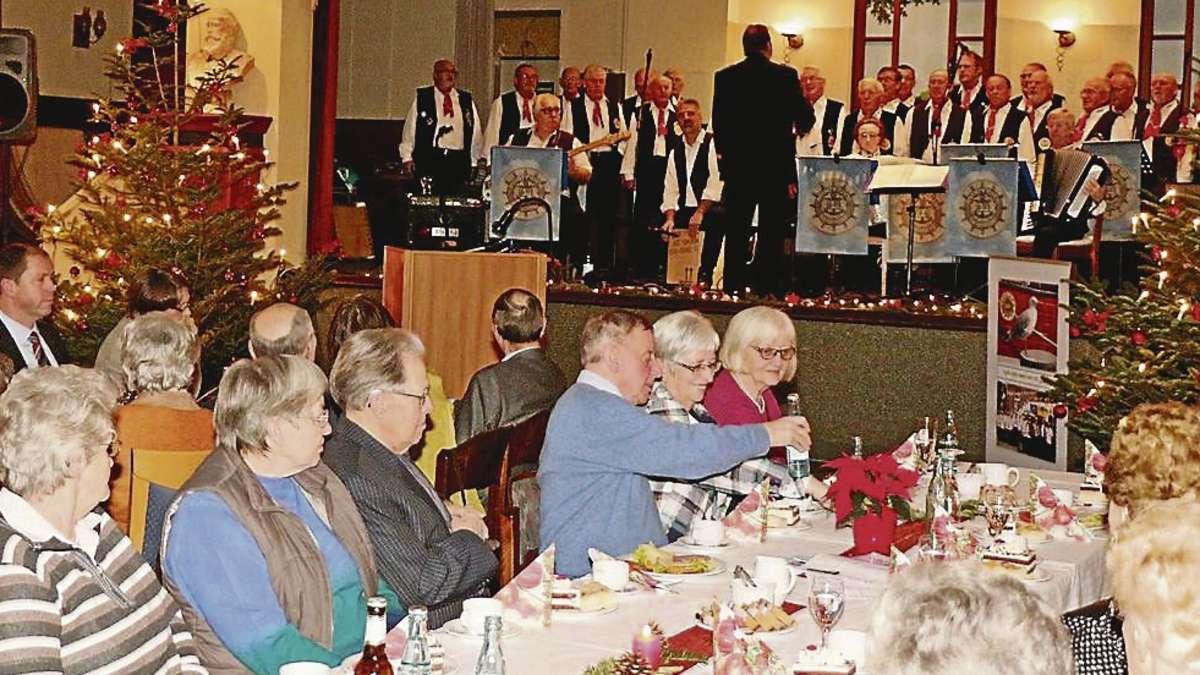 harmonische weihnachtsfeier in der kaiserhalle mit viel