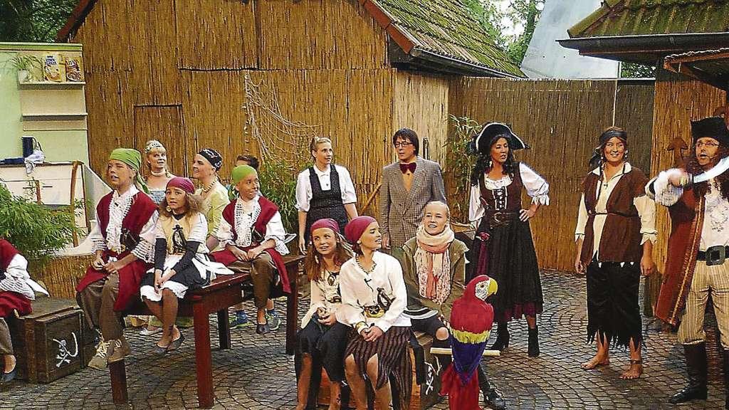 Schau mal an: Kleine und große Piraten sorgen für jede Menge Trubel auf der Freilichtbühne Daverden.