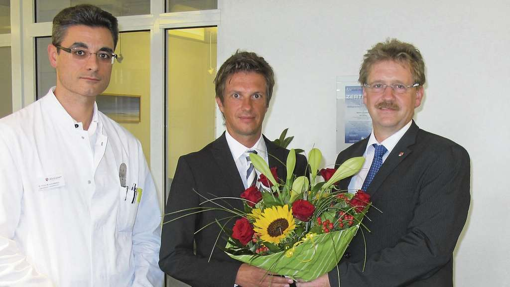 Oberarzt Eleftherios Ebel-Koutoulakis (l.) und Andreas Barthold (r.) mit Dr. Jens Peters.