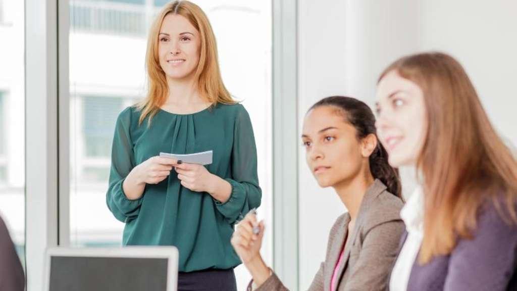 Im Meeting zählt die Körpersprache: Wer nervös ist, sollte etwas in die Hände nehmen - zum Beispiel Karteikarten.