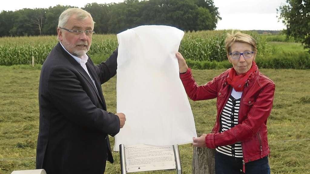 Die Bürgermeister Marlies Plate und Johann-Dieter Oldenburg enthüllten die Infotafel am Grenzstein.