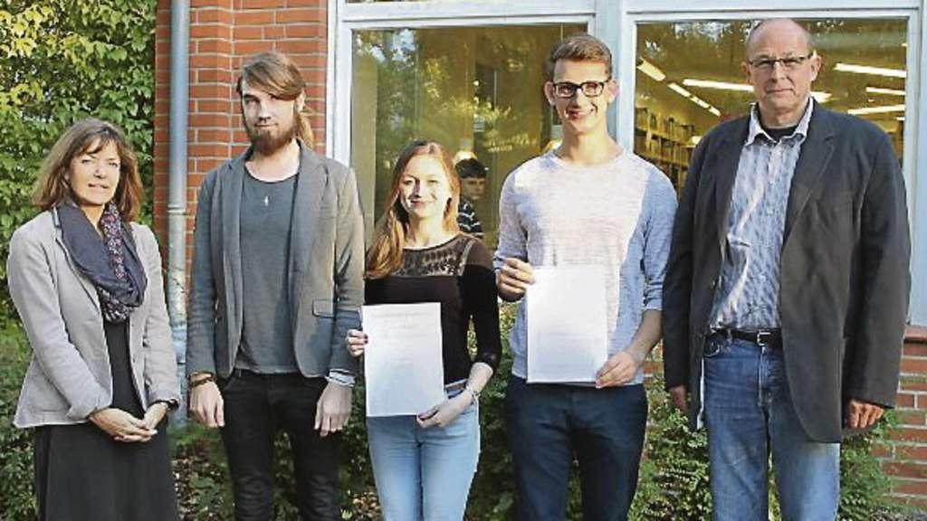 Für die Mitarbeit beim Filmprojekt gab es ein Zertifikat. Schulleiterin Petra Sehrt mit Jan Kappelmann, Vanessa Gross, Felix Herrmann und Uwe Spannhake (v.l.).
