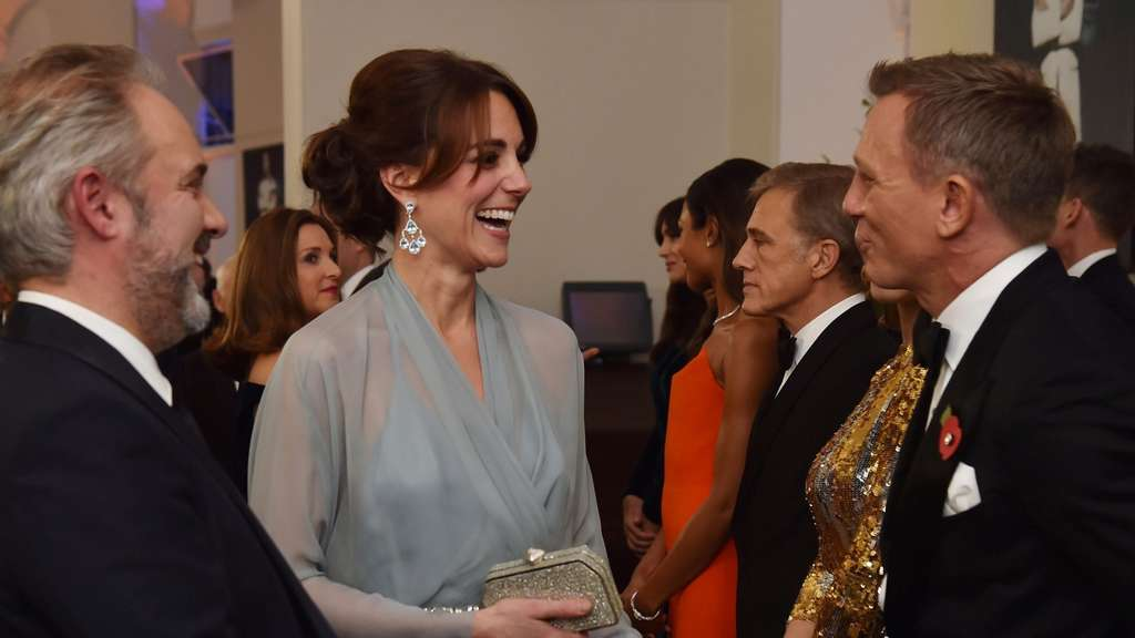 Britain&#39s Catherine, Duchess of Cambridge (C) meets British actor Daniel Craig (R) at the world premiere of the new James Bond film &#39Spectre&#39 at the Royal Albert Hall in London on October 26, 2015. The film is directed by Sam Mendes and sees Daniel Craig play suave MI6 spy 007 for a fourth time.AFP PHOTO / POOL / ALAN DAVIDSON
