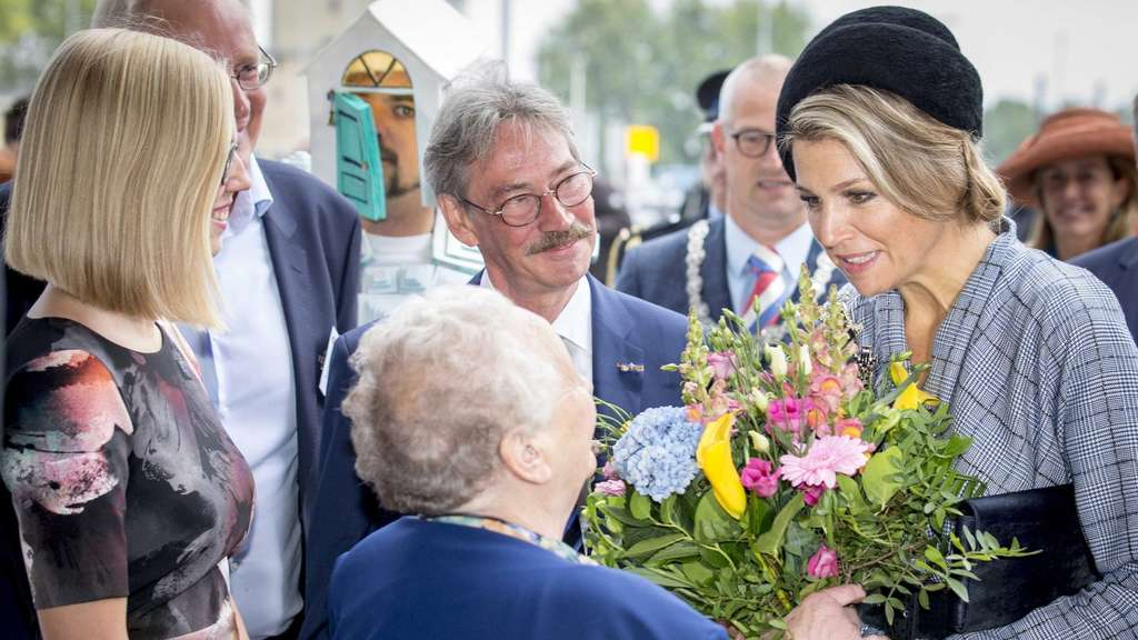 epa04971646 Dutch Queen Maxima (R) is greeted by the oldest and youngest renter at the Beatrix Theater in Utrecht, The Netherlands, 10 October 2015 during the National Renters&#39 Day. EPA/JERRY LAMPEN +++(c) dpa - Bildfunk+++