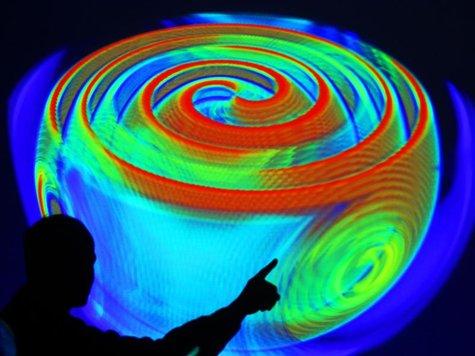 Ein Mitarbeiter des Max-Planck-Instituts für Gravitationsphysik erläutert die Ausbreitung von Gravitationswellen.