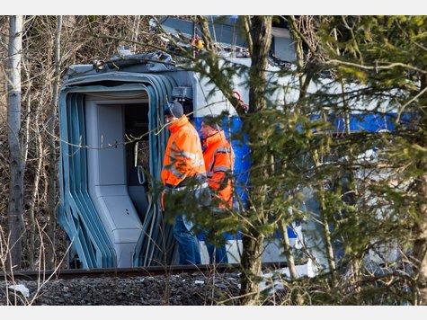 Bei den voranschreitenden Aufräumarbeiten am vierten Tag nach dem Zugunglück in Bad Aibling ist auch die letzte noch vermisste Blackbox gefunden worden.