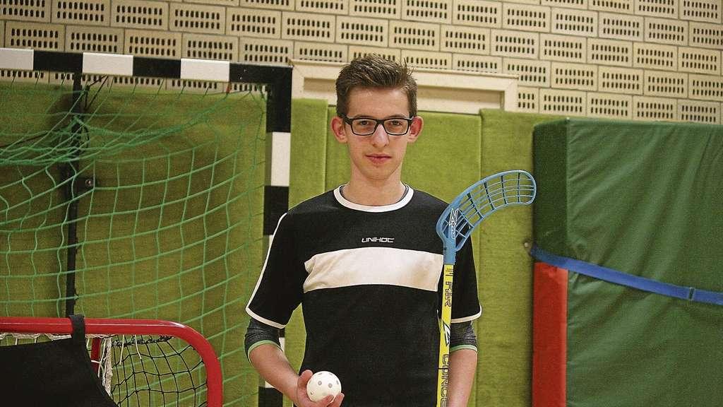 Das schnelle Spiel ist seins: Tempo und Teamgeist machen für Steven Schweiger den Reiz des Floorballs aus. Gespielt wird mit einem speziellen Kunststoffschläger und einem leichten, durchlöcherten Plastikball.