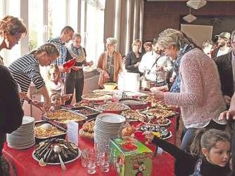 Die Frauen hatten landestypische Speisen zu einem Büfett aufgebaut und freuten sich über den großen Zuspruch.