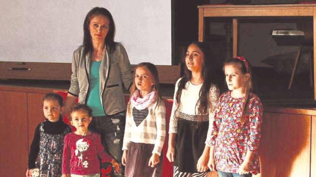 Die Flüchtlingskinder eröffneten die Veranstaltung mit der albanischen Nationalhymne.