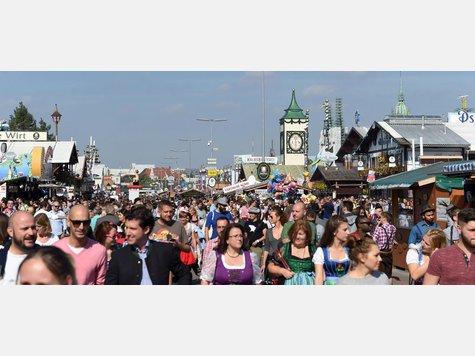 Am zweiten Samstag hat es zahlreiche Besucher auf das Münchner Oktoberfest gezogen. Bei strahlendem Sonnenschein feiern die Menschen in den Biergärten und Zelten.