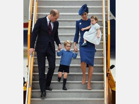 Prinz William und Herzogin Kate reisen mit ihren Kindern George und Charlotte nach Kanada. Dort werden sie mit militärischen Ehren empfangen und treffen auf kanadische Ureinwohner.