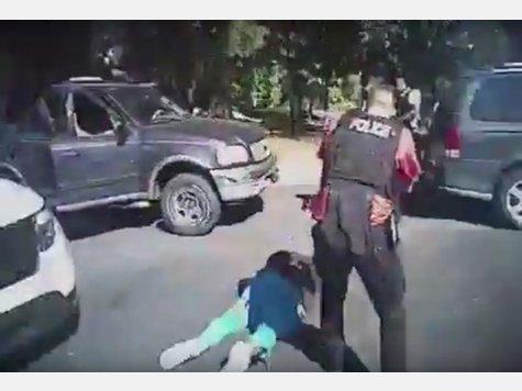 Screenshot aus dem Video der Polizei: Ein Polizist zielt auf das Opfer Keith Lamont Scott.