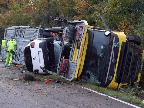 Autotransporter kippt um  Chaos auf Bundesstraße