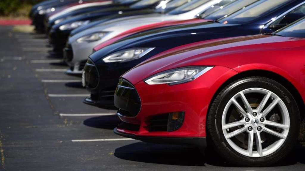 Tesla Autos stehen auf einem Parkplatz der Zentrale von Tesla Motors in Palo Alto Kalifornien USA