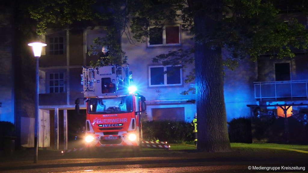 Brennende Wohnung: Feuerwehr rettet Familie mit Drehleiter