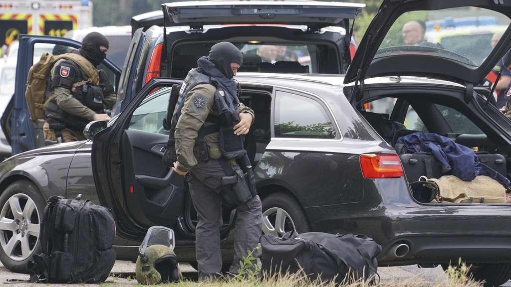 Frau verschanzt sich mit Waffe - SEK-Einsatz
