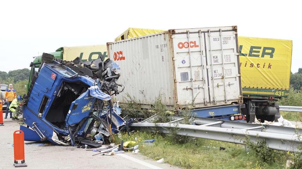 Unfall im Landkreis Oldenburg: Lkw kracht auf Stauende - Fahrer schwebt in Lebensgefahr