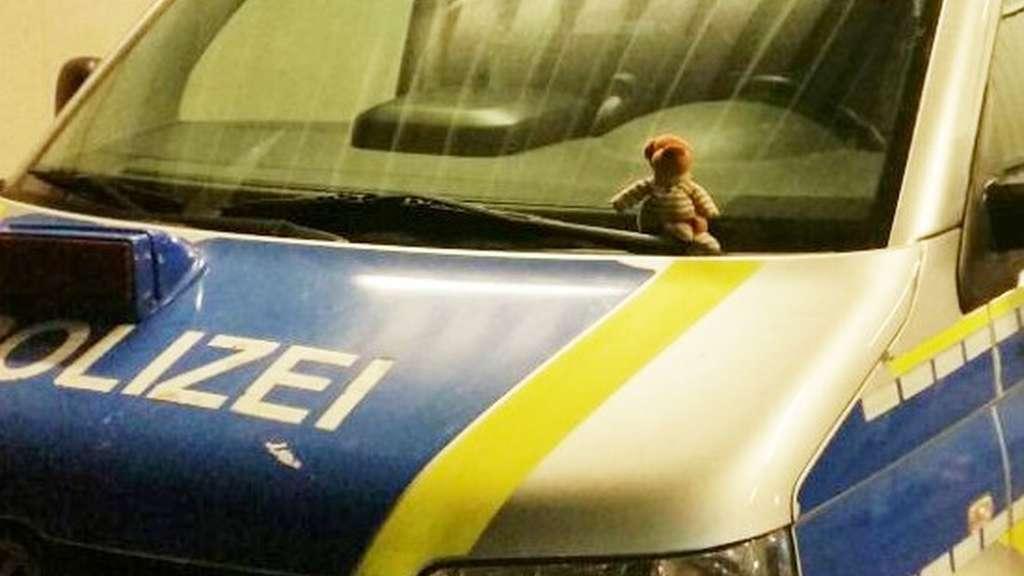 Polizei bringt Kind seinen vermissten Teddy zurück
