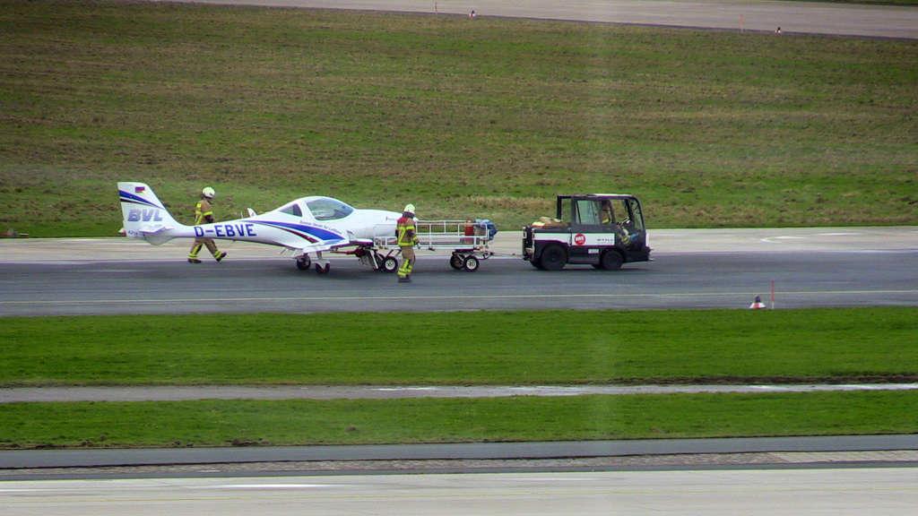 Flughafen Bremen: Kleinflugzeug kommt von Landebahn ab