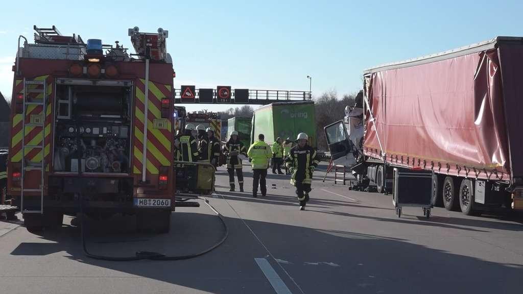 Schwerer Unfall mit mehreren Lkw auf der A1