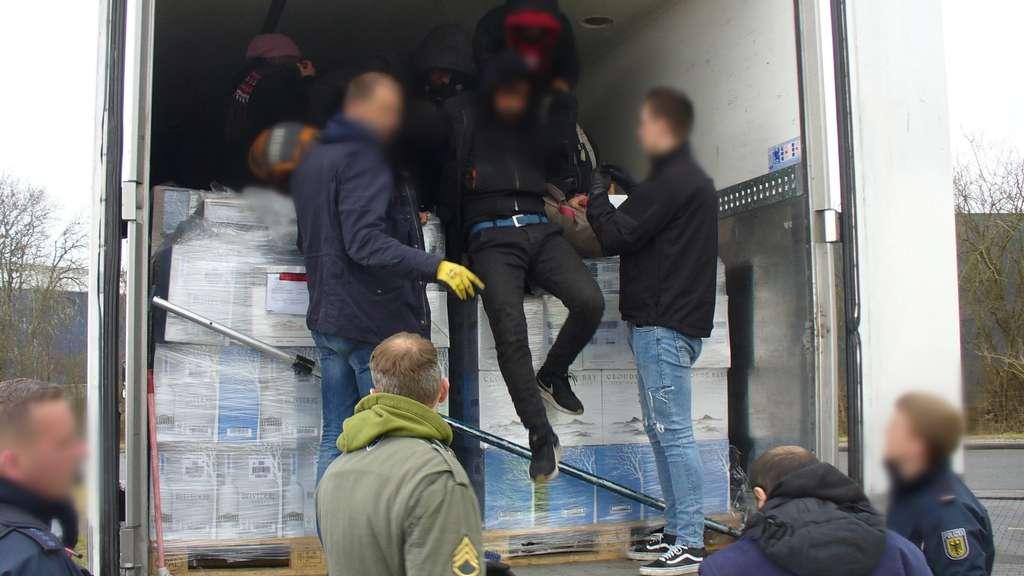 Flüchtlinge aus Kühllaster befreit