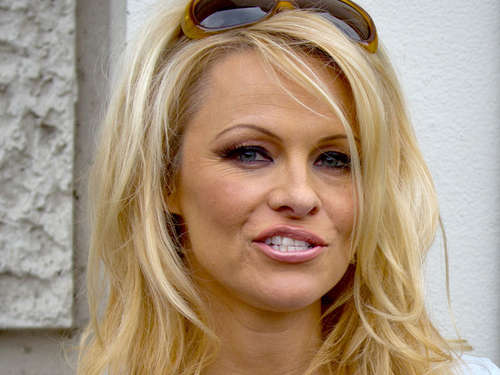 Pam Anderson: Peinlicher Absturz nach Party