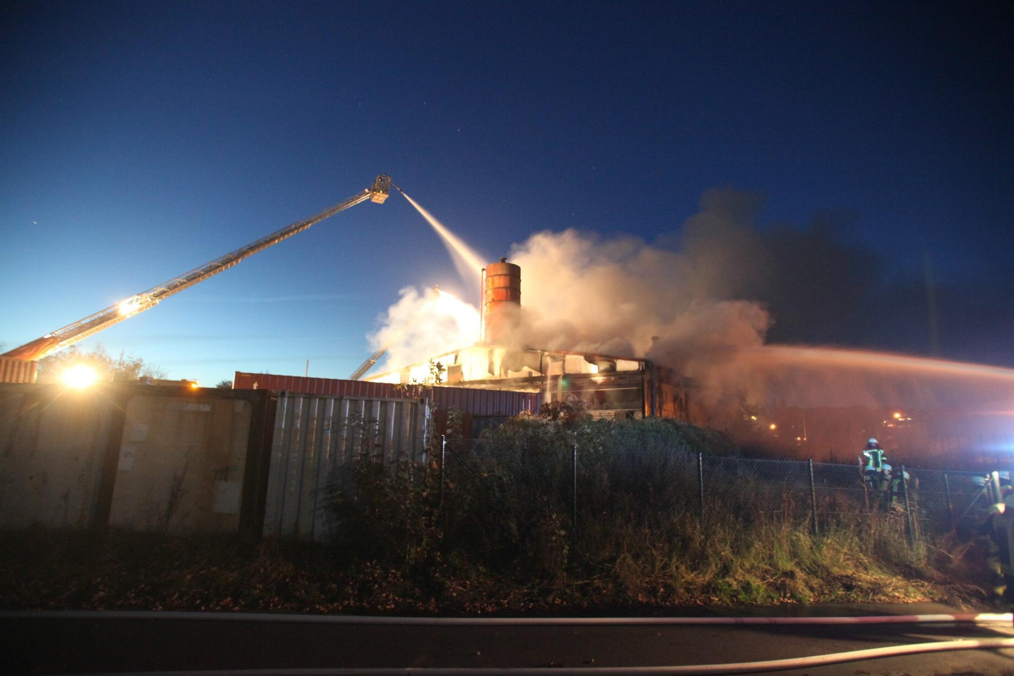 Großbrand In Bremen Burgdamm Lagerhalle Steht In Flammen Bremen