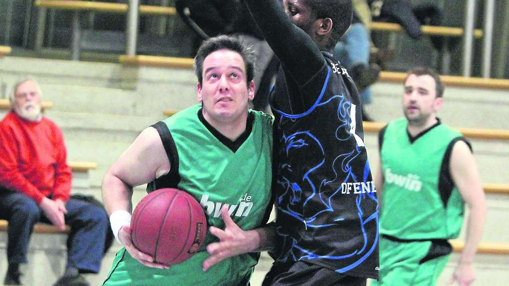 Center Mark Weber (l.) sammelte fleißig Rebounds ein. ·