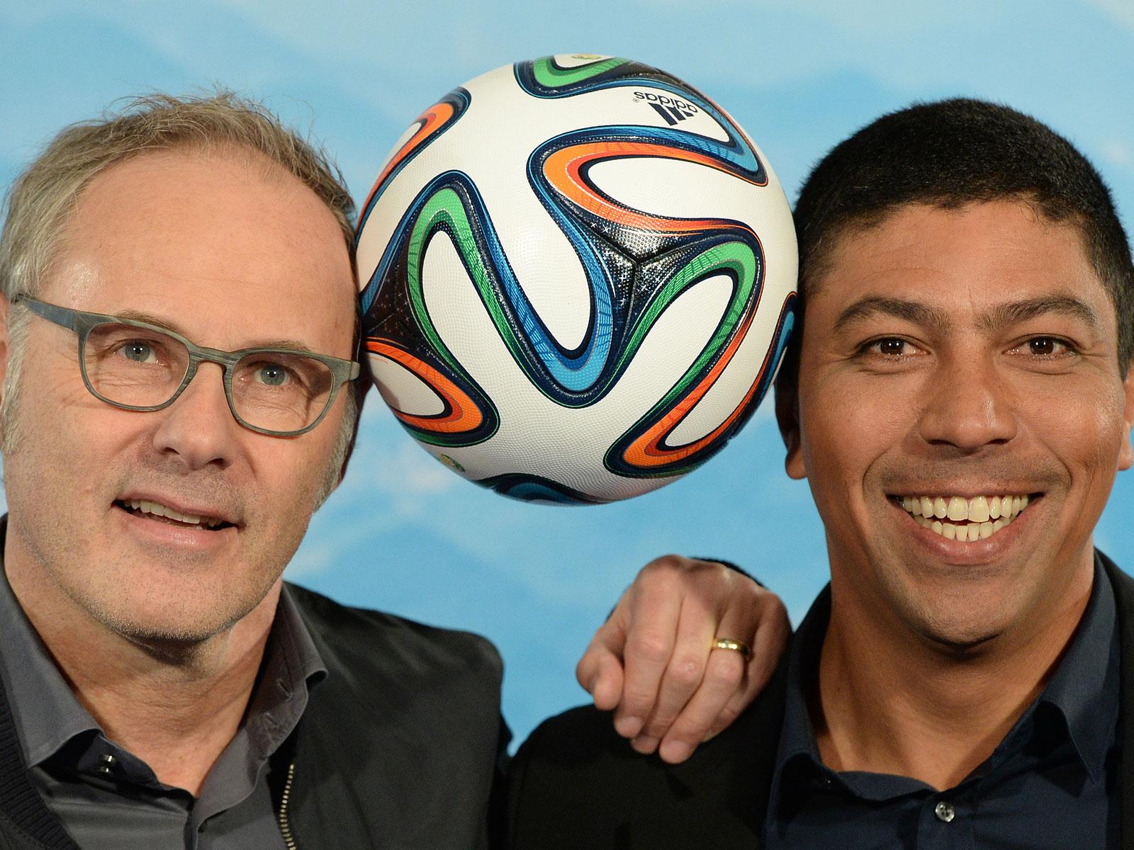 Der ARD-Moderator Reinhold Beckmann (l) und der ARD-Brasilien-Experte Giovane Elber.