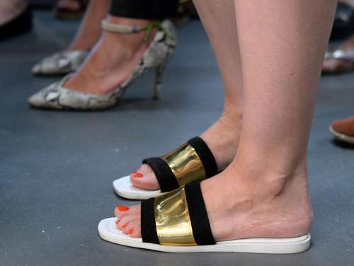 Sommertrends: Slider Sandals und Sweatshirts